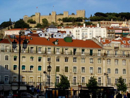 Hoch thront das Castelo de Sao Gorge über der Altstadt