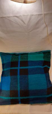 140. Kussen van wollen deken, gemaakt door MOOS. €25,-
