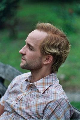 Perücke mit Seitenscheitel und blondierten Haaren