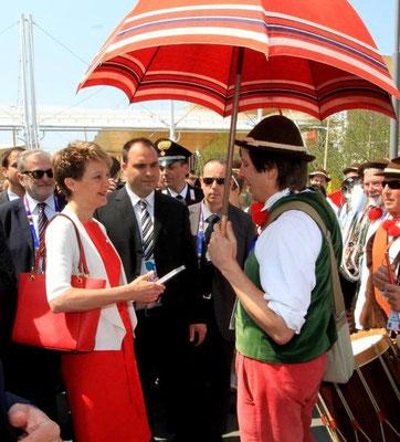 2015 Expo Milano - Simonetta Sommaruga e il maestro sotto l'ombrello poi rubato a Bellinzona