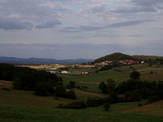 Montjustin avec les Vosges au fond. Vue de la route de Liévans à Autrey-lès-Cerre