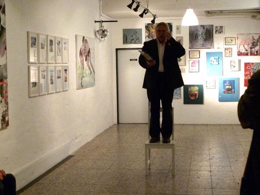 Harry Müller-Rothgänger liest während der Eröffnung in der Theatergalerie