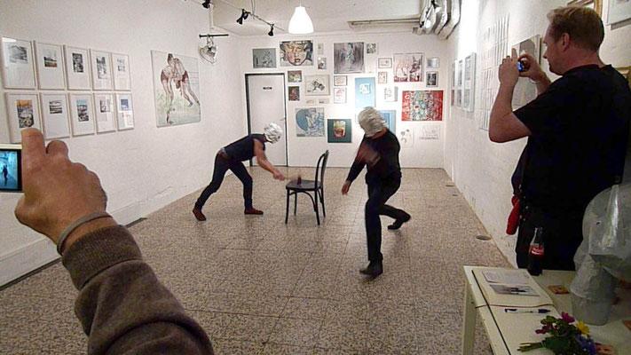 Performance zur Eröffnung der Ausstellung in der Theatergalerie