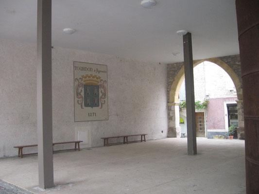 Vue depuis l'entrée du préau de la mairie