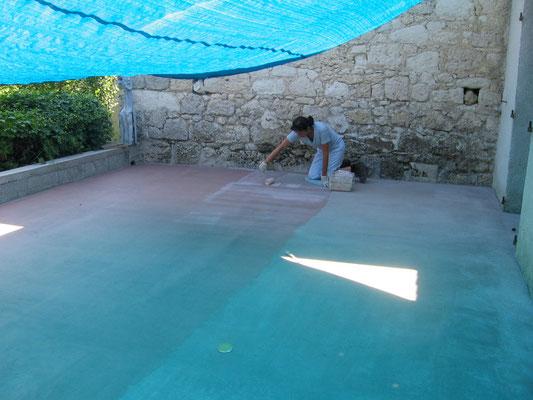 Préparation du sol, pose du primaire d'accrochage, permet de rendre la surface imperméable.
