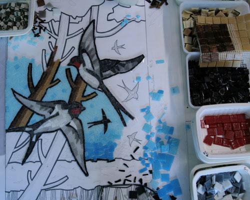 les hirondelles en mosaïque en cours de réalisation