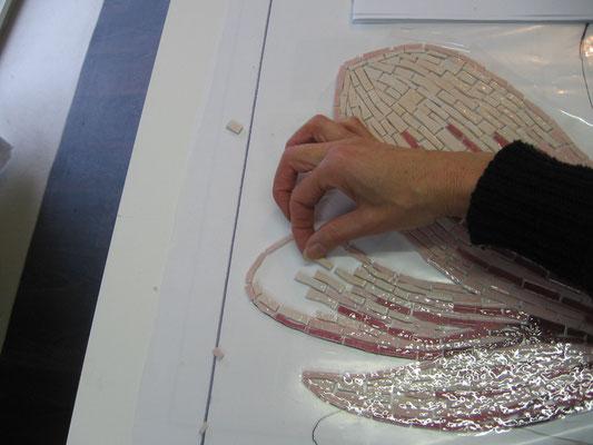 je pose tesselles après tesselles, les carreaux sont coupés en longueur