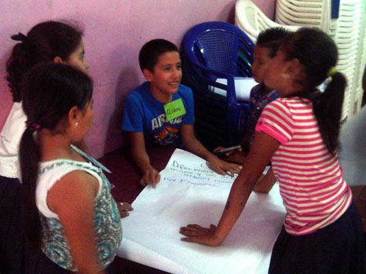 Kinderprojekt Matagalpa 2014: Schülerinnenund Schüler im Workshop bei einer Gruppenarbeit. Foto: MIRIAM Nicaragua