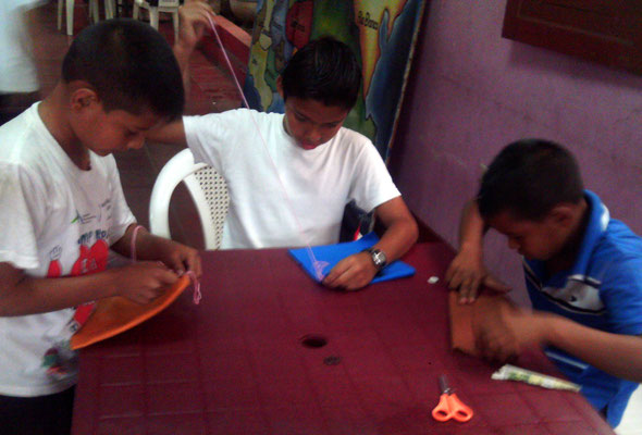 Kinderprojekt Matagalpa 2014: Schüler beim Handarbeiten. Foto: MIRIAM Nicaragua
