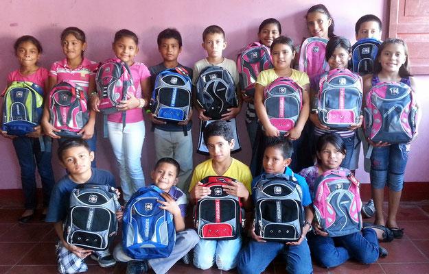 Kinderprojekt Matagalpa 2014: Schülerinnen und Schüler mit ihren Schulunterlagen.   Foto: MIRIAM Nicaragua