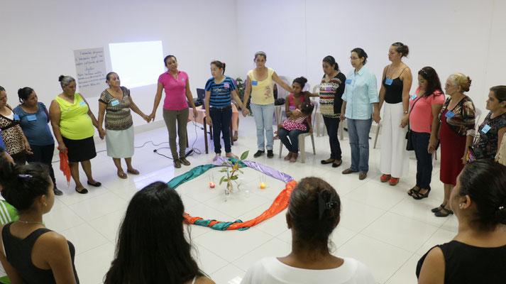 Selbsthilfegruppe 2015 mit Lidia Moreno, einer der Psychologinnen von MIRIAM (in der Mitte, pinkes Shirt).  Bei MIRIAM werden Frauen (und Kindern) psychologische Betreuung angeboten, zB bei innerfam. Gewalt.  © Corine Alex Gasser