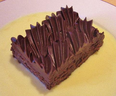 Brownie brossard et son décor de ganache chocolat ,sauce anglaise