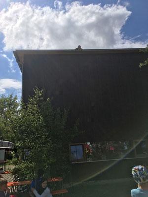 und zwei Verunglückte wurden vom Dach gerettet