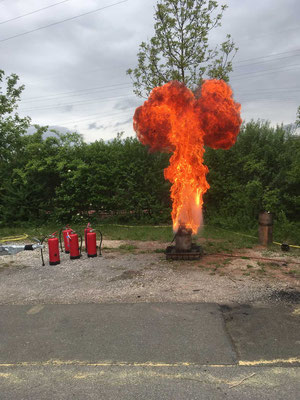 .... man versucht das Feuer mit etwas Wasser zu löschen, hat die FFW demonstriert