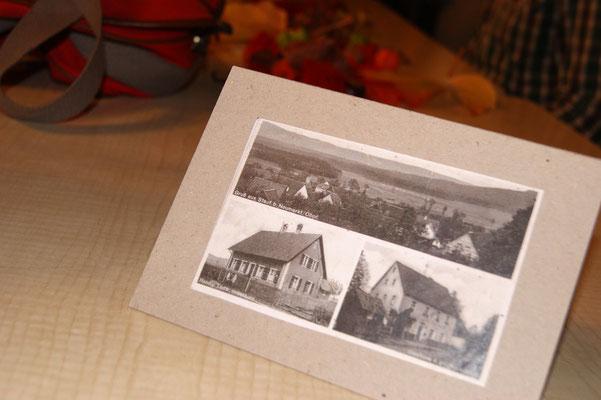 Aufsteller von alten Fotos auf den Tischen