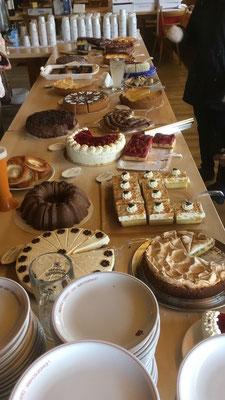 Unzählige leckere Kuchen gabs zu kaufen mit Kaffee dazu