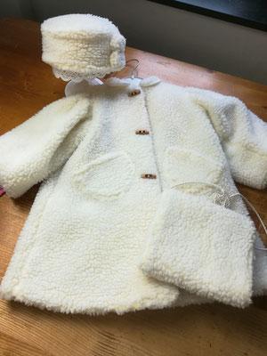 Puppenmantel (Teddystoff) mit Hut und Muff  100,00€