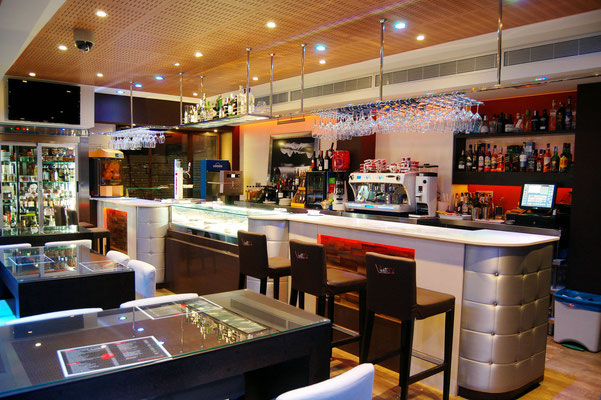 barras de bar  BARRA DE SILESTONE, MADERA Y CAPITONE