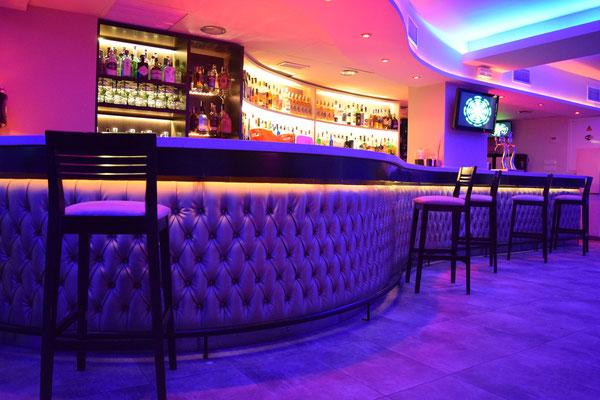 barras de bar  BARRA DE MADERA Y CAPITONE