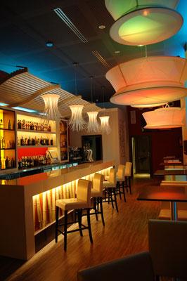 barras de bar  BARRA DE SILESTONE, VIDRIO Y CAÑAS DE BAMBÚ ARTIFICIAL