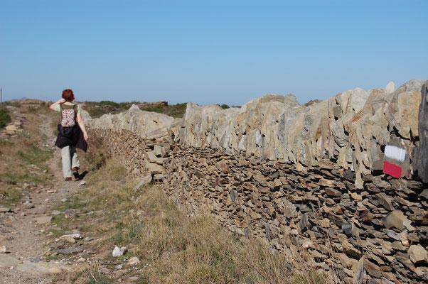 GR entre des murs en pierres sèches pas loin de Cadaques (Catalogne)