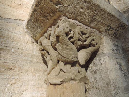 Chapiteau  à l'entrée de l'église Saint-Jean de Catus (Lot)