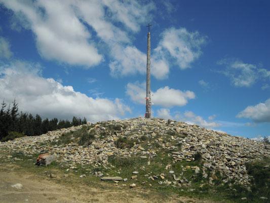 CCruz de ferro at 1550 m d'altitude. the highest point of our tour!