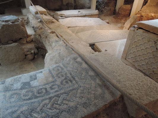mosaîques et sarcophages dans la crypte  de l'église St.Paul à Narbonne