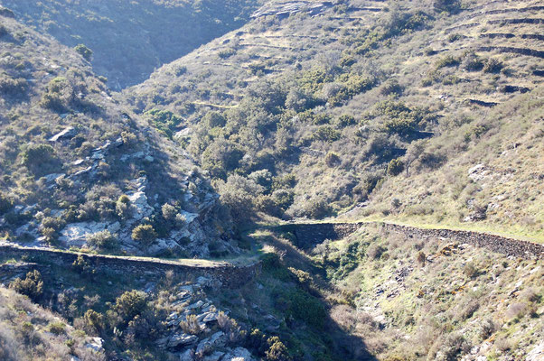 murs de terrasses et de soutènement de sentier en pierres sèches pas loin de Cadaques (Catalogne)