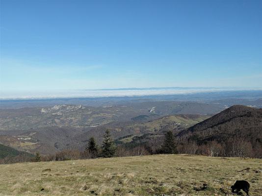 Vue sur Roquefixade et au fond la Montagne Noire, dans la vallée: une épaisse couche de nuages