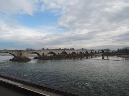 Pont-Saint-Esprit, le pont ancien sur le Rhône