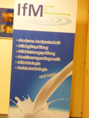 Interesse an naturwissenschaftlichen Fächern sollte ein Laborant/in schon haben. 600 Milchproben werden täglich untersucht.