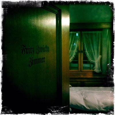 Fritz-Zwicky-Zimmer im Hotel Löwen – gewidmet dem Bürger von Mollis, Astrophysiker, Professor am Caltech, Entdecker der Dunklen Materie und Wegbereiter des amerikanischen Raumfahrtprogramms. Der Exzentriker (1898-1974) diente Friedrich Dürrenmatt als Vorb