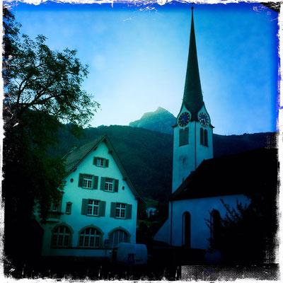 Alte Post mit Kirchturm und Fronalpstock – Blick aus dem Hotel Löwen