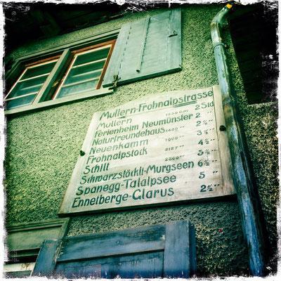 Vieles hat Bestand in Mollis – Holzwegweiser im Oberdorf, noch genau so wie in meiner Jugendzeit.