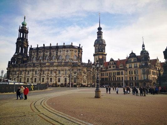 links im Bild: Die Katholische Hofkirche in Dresden, geweiht der heiligsten Dreifaltigkeit ist Kathedrale des Bistums Dresden-Meißen sowie eine Stadtpfarrkirche Dresdens.