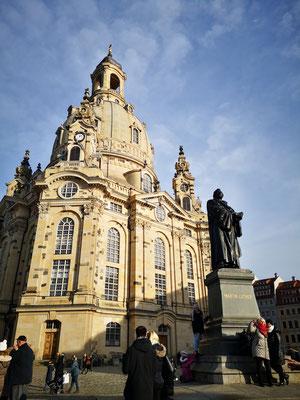 Die Frauenkirche in Dresden (ursprünglich Kirche Unserer Lieben Frau) ist eine evangelisch-lutherische Kirche des Barock und der prägende Monumentalbau des Dresdner Neumarkts.
