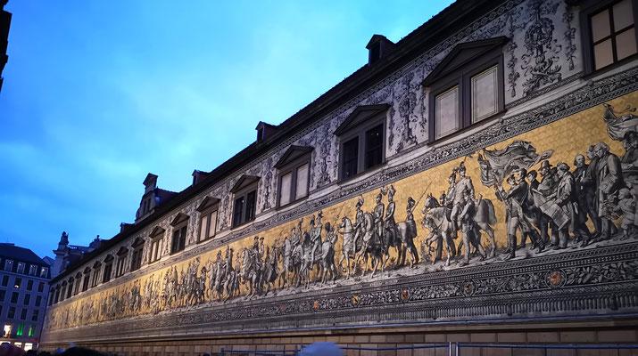 Der Fürstenzug stellt die Geschichte der Wettiner in Form eines Reiterzugs dar. Die Erneuerung des Fürstenzuges fand zwischen 1904 und 1907 statt, diesmal mit 24.000 Keramikfliesen aus der Porzellanmanufaktur Meißen.