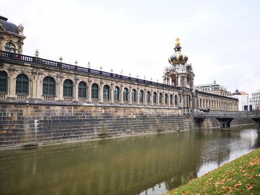 Der Dresdner Zwinger ist ein Gebäudekomplex mit Gartenanlagen und gehört zu den bedeutenden Bauwerken des Barocks und ist neben der Frauenkirche das bekannteste Baudenkmal Dresdens.