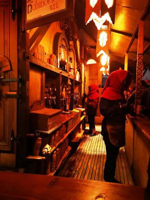 """Im Herzen Dresdens neben der Frauenkirche und wenige Meter vom Striezelmarkt entfernt auf der Rückseite des weltberühmten """"Fürstenzuges"""" befindet sich der Mittelalter-Weihnachtsmarkt im Stallhof."""
