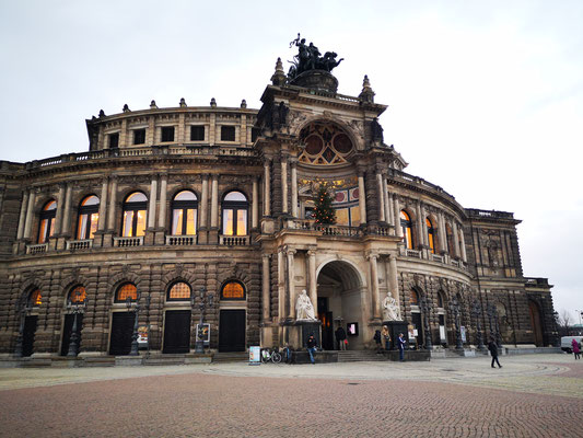 Die Semperoper in Dresden ist das Opernhaus der Sächsischen Staatsoper Dresden, die als Hof- und Staatsoper Sachsens eine lange geschichtliche Tradition hat