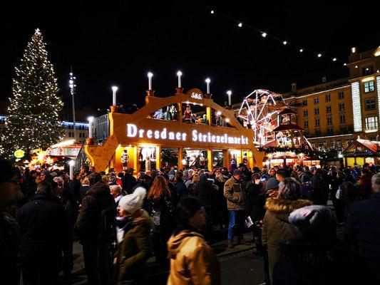 Der Dresdner Striezelmarkt ist einer der ältesten und bekanntesten Weihnachtsmärkte der Welt. Er wird seit 1434 im Advent meistens auf dem Altmarkt in Dresden (Sachsen, Deutschland) veranstaltet und zieht jährlich rund 2,5 Millionen Besucher an.