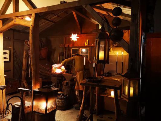 Rund 50 Krämer bieten historische Waren an und Handwerker arbeiten mit den Werkzeugen und den Materialien des späten Mittelalters.