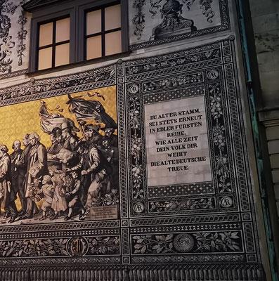 Im Gegensatz zu vielen anderen Bauwerken in Dresden überstand der Fürstenzug die Dresdner Bombennacht fast ohne Schäden.