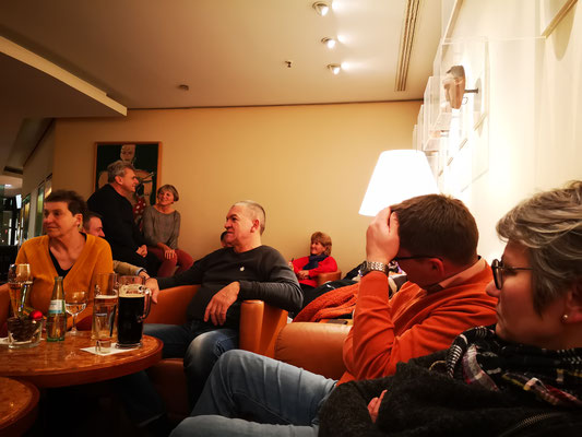 Viele trafen sich am Samstag abend noch zu einem Absacker in der Hotelbar.