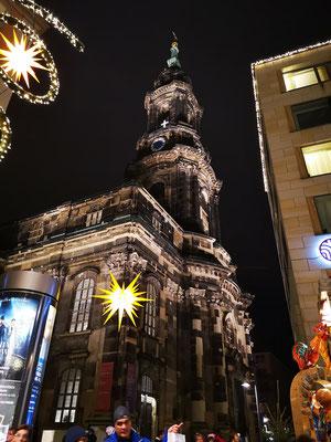 Die Kreuzkirche ist nicht nur Dresdens evangelische Hauptkirche, sondern auch Heimstatt des berühmten Kreuzchores. Seit fast 800 Jahren sorgt der Chor in der Kirche für die musikalische Gestaltung von Gottesdiensten und Vespern.