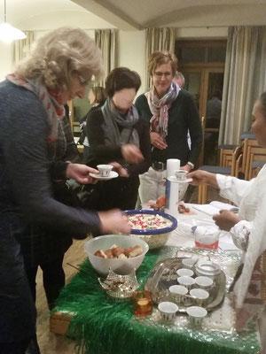 KDFB Vizepräsidentin Marianne Bäumler und Bezirksvorsitzende Dagmar Kellner probieren den landestypischen Kaffee