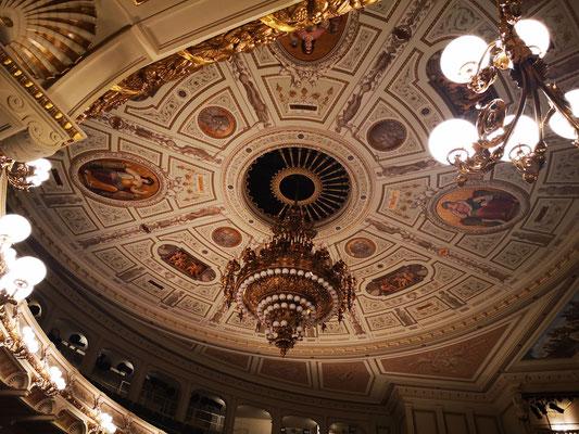Die Deckenverzierung des Opernsaales