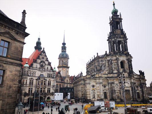 links im Bild: Residenzschloß, rechts im Bild: kath. Hofkirche mit 78 Steinfiguren.