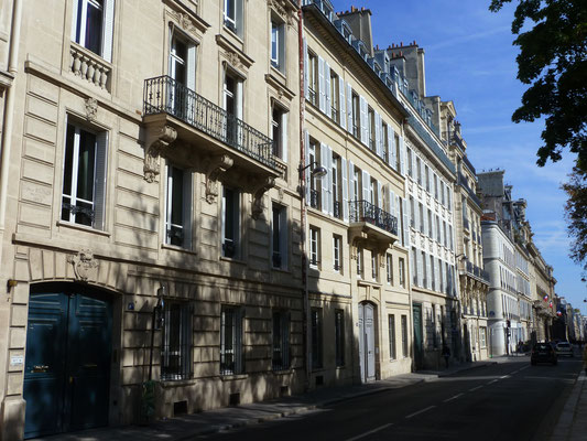 Schönheit; gegenüber Rodin-Museumseingang